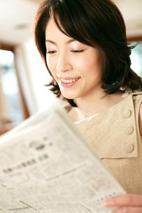 新聞を読む女性の素材 [FYI01152855]