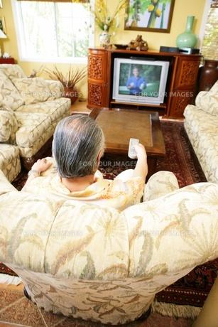 テレビを見る男性の素材 [FYI01152876]