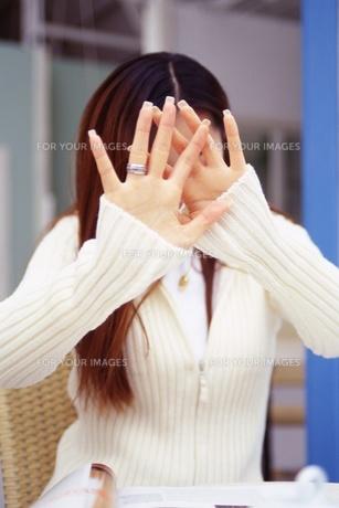 顔を隠す女性の素材 [FYI01152915]