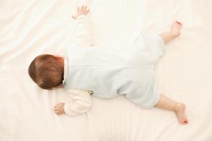 うつぶせ寝の赤ちゃんの素材 [FYI01152951]