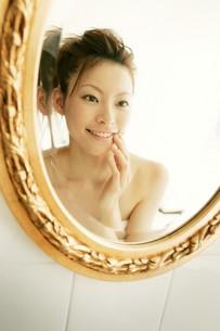 鏡を見る女性の素材 [FYI01153143]