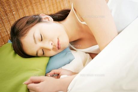 転寝する女性の顔の素材 [FYI01153237]