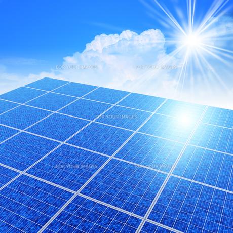 ソーラーパネルと太陽光線の素材 [FYI01156424]