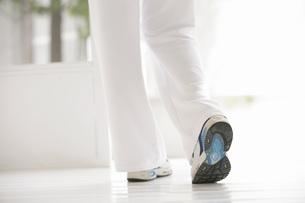 歩く女性の脚の素材 [FYI01156517]
