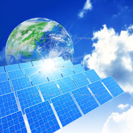 ソーラーパネルと地球の素材 [FYI01156558]