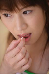 サプリメントを摂る女性の素材 [FYI01156584]