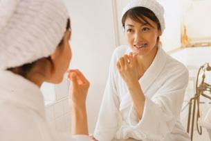 歯磨きをする女性の素材 [FYI01156590]