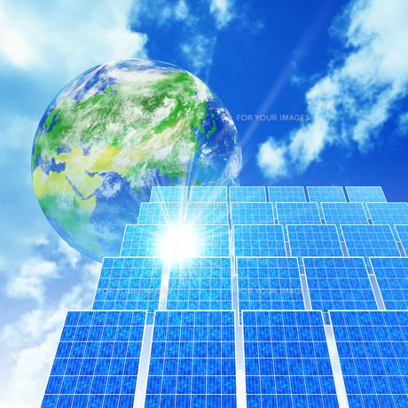 ソーラーパネルと地球の素材 [FYI01156628]