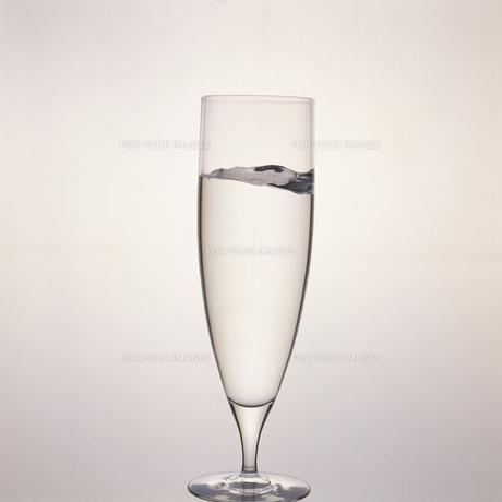 グラスの中の水の素材 [FYI01156656]