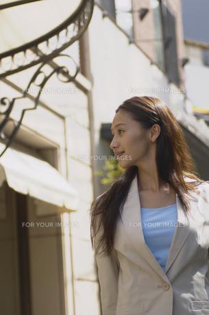 街を歩く女性の素材 [FYI01156776]