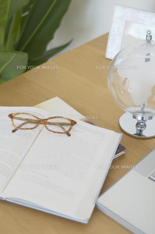 デスク上の書物やメガネの素材 [FYI01156780]