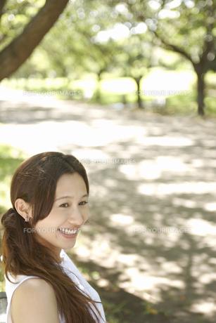 公園にいる笑顔の女性の素材 [FYI01156783]
