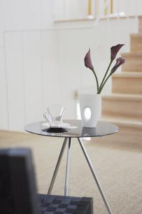 テーブルに飾った花とグラスの素材 [FYI01156788]