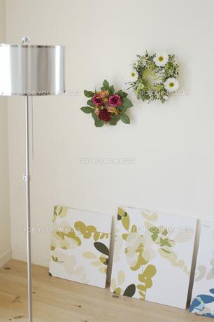 壁に飾った花リースの素材 [FYI01156795]