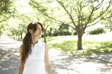 公園を歩く女性の素材 [FYI01156802]