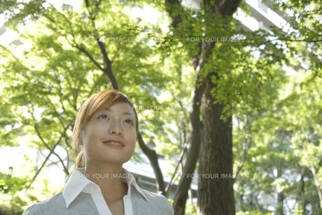 外を歩く女性の素材 [FYI01156808]