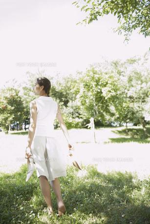 靴を脱いで歩く女性の後姿の素材 [FYI01156810]