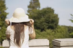 帽子をかぶる女性の後姿の素材 [FYI01156812]