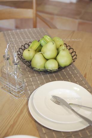 テーブルに置かれた果物と食器の素材 [FYI01156814]