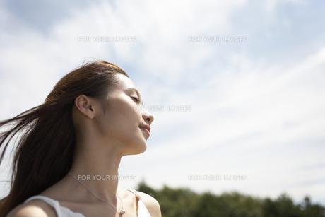 風に吹かれる女性の素材 [FYI01156819]
