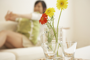 グラスに飾った花の素材 [FYI01156822]