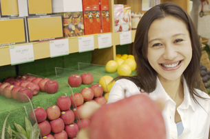 ショッピングをする女性の素材 [FYI01156841]