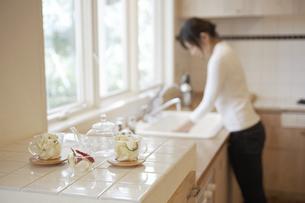 キッチンに立つ女性の素材 [FYI01156846]