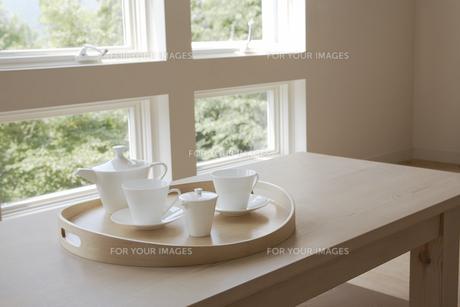 テーブルに置かれたティーセットの素材 [FYI01156891]