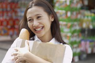 ショッピングをする女性の素材 [FYI01156892]