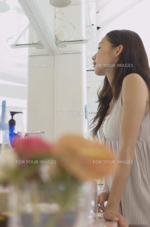 鏡を見る女性の素材 [FYI01156925]