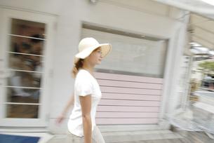 街を歩く女性の素材 [FYI01156939]