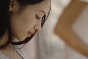 うつむく女性の横顔の素材 [FYI01156944]