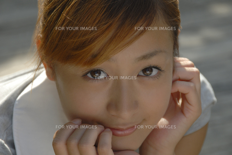 頬杖をつく女性の顔のアップの素材 [FYI01156956]