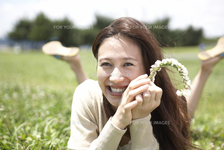 草むらに寝転ぶ女性の素材 [FYI01156960]