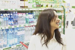 ショッピングをする女性の素材 [FYI01156979]