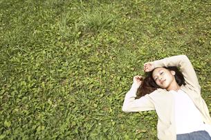 草むらに寝転ぶ女性の素材 [FYI01156982]