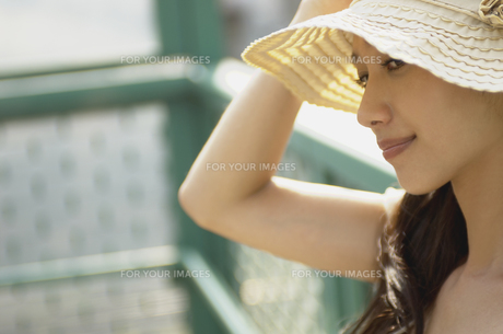 帽子をかぶった女性の素材 [FYI01156996]