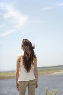 景色を眺める女性の素材 [FYI01157005]