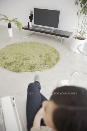 テレビと観葉植物のある部屋の素材 [FYI01157013]