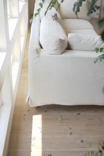 窓辺の白いソファの素材 [FYI01157024]