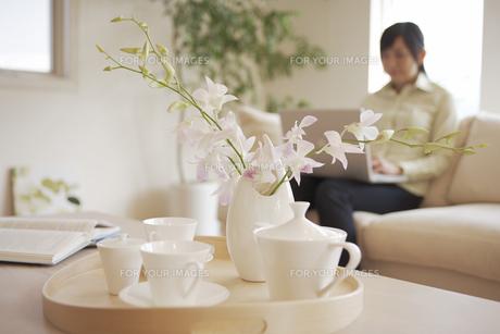 テーブル上の食器と花の素材 [FYI01157052]
