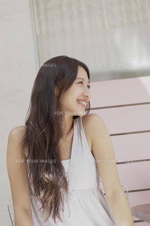 髪の長い笑顔の女性の素材 [FYI01157090]