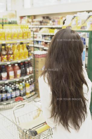 ショッピングをする女性の素材 [FYI01157118]