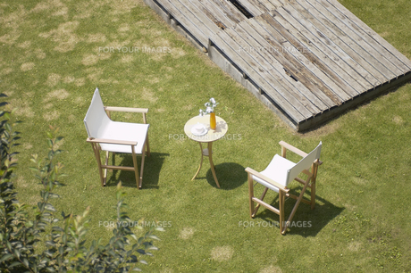 庭に置かれたテーブルと椅子の素材 [FYI01157185]