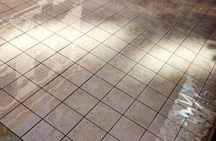 水がはったタイルの素材 [FYI01158243]