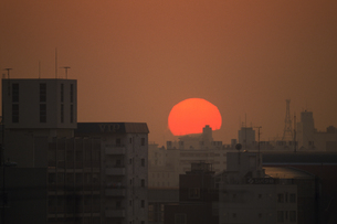 街並みと夕陽の素材 [FYI01158507]