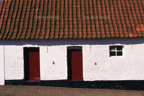 白い壁の家の素材 [FYI01158675]