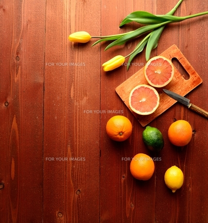 柑橘系フルーツと黄色いチューリップの写真素材 [FYI01158760]