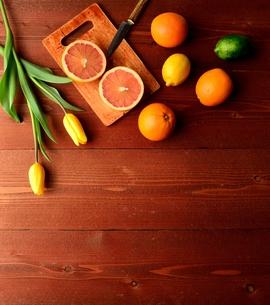 柑橘系フルーツと黄色いチューリップの写真素材 [FYI01158761]