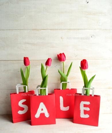 赤いチューリップが入ったショッピングバッグ セール文字入りの写真素材 [FYI01158768]